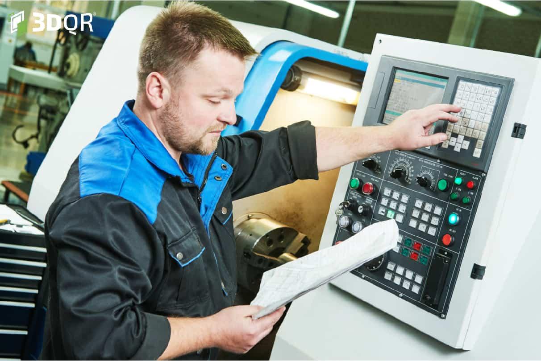 Maschinen- und Anlagenführer bedient eine CNC-Fräse